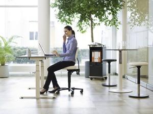 LEITNER-Twist Drehstuhl mit Sattelsitz ermöglicht besondere Höheneinstellung auch an hohen Schreibtischen