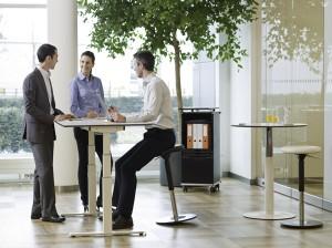 LEITNER Spin Wippsitz hier im Einsatz am höhenverstellbaren Steh-Sitz-Tisch